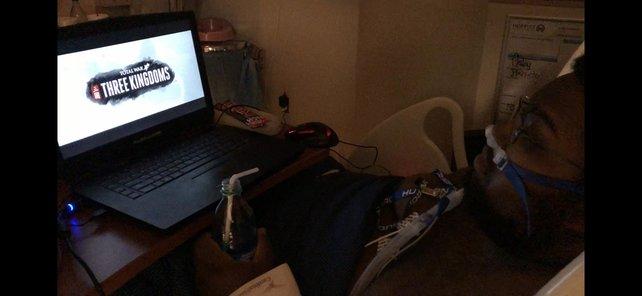 Das erste Spielen für Robbie von Total War - Three Kingdoms im Krankenhaus.