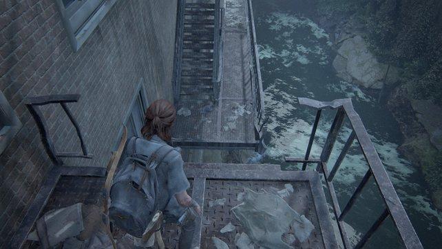 Springt hier über den Abgrund von einem Gerüst zum anderen und steigt dort durch das Fenster ein, wo ihr euch durch viele Infizierte meucheln müsst.