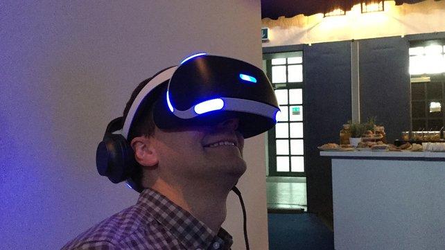 Autor Thomas freut sich über Rundumsicht dank VR-Brille.