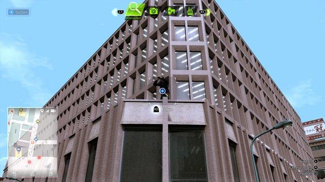 Auf diesem hohen Gebäudevorsprung findet ihr den vermeintlichen Stalker mit seinem Fernglas.