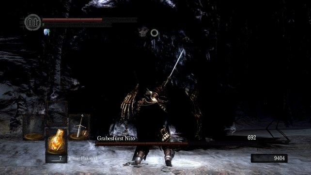 Generell ist es sehr einfach, hinter Nito zu gelangen. Haltet die Waffe dabei in zwei Händen und entfernt euch, wenn er seine Seelenexplosion auflädt (sein Körper duckt sich dabei etwas und scheint zu zittern).