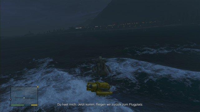 Michael fischt den Kahn wieder aus den Fluten.