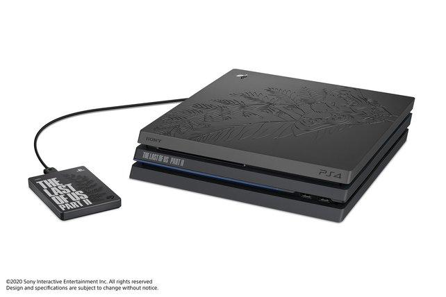 Klassisch schwarz mit Verzierungen: Aufdringlich ist das Design der speziellen PS4 Pro für The Last of Us 2 nicht.