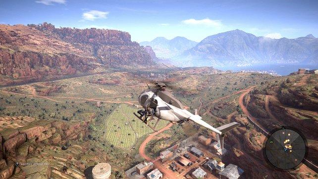 Aus der Luft bewundert ihr den Ausblick auf weitläufige Gebirge und Felder.