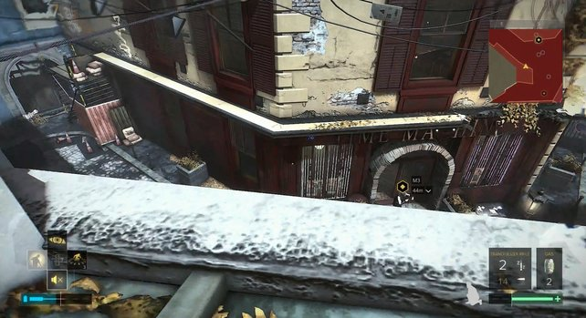 Auf der linken Seite des Gebäudes, findet ihr das Fenster.