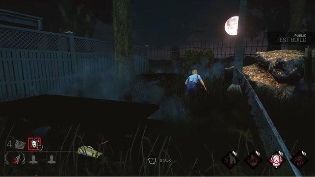 Der Killer jagt bei Dead by Daylight seine Obsession. Solange er sie ansieht, wackeln die Greifarme am unteren Bildschirmrand.