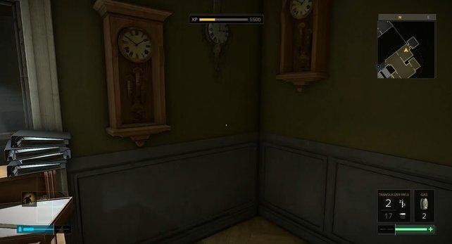 Die linke Wanduhr öffnet den Geheimraum.