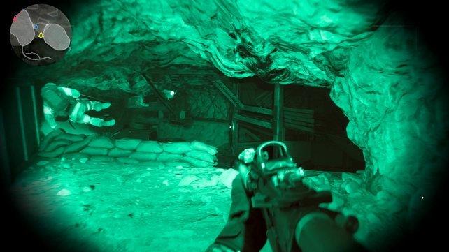 In der zappendusteren Höhle kämpft ihr euch mit typischer Grünfärbung voran.