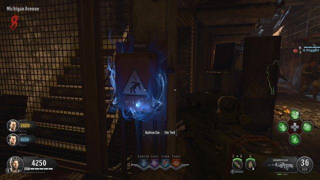Einer der Stromkästen wird blau leuchten. Ihr benötigt die Energie später für den Schild.