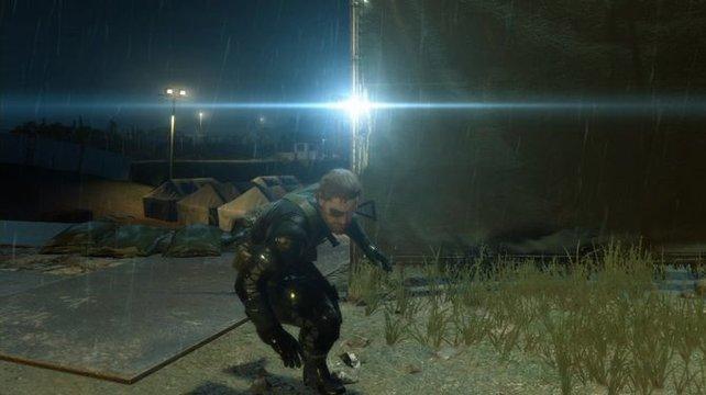 Im Schatten versteckt sich Snake vor dem Suchscheinwerfer.