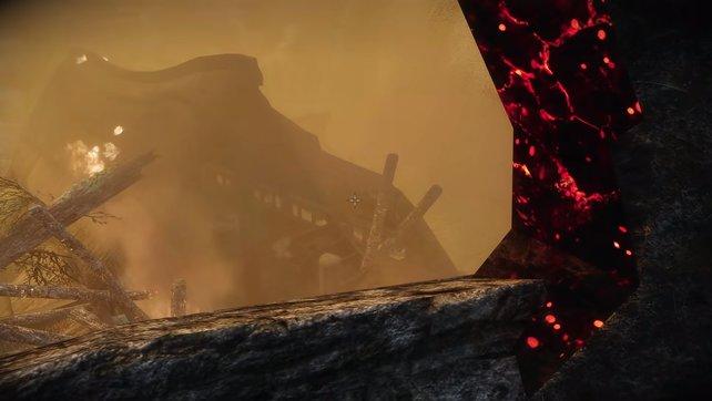 Springt durch das Loch im Turm auf das untere Haus.