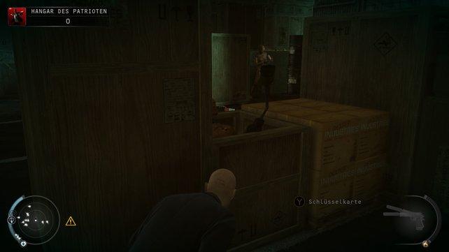 Hier findet ihr die Schlüsselkarte, um die Ecke zudem C4 und eine Verkleidung.