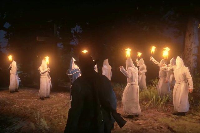 """Normalerweise tauchen die """"Ku Klux Klan""""-NPCs nur im Singleplayer von Red Dead Redemption 2 auf. Modder fügten sie zusätzlich in Red Dead Online ein, um andere Spieler zu terrorisieren."""