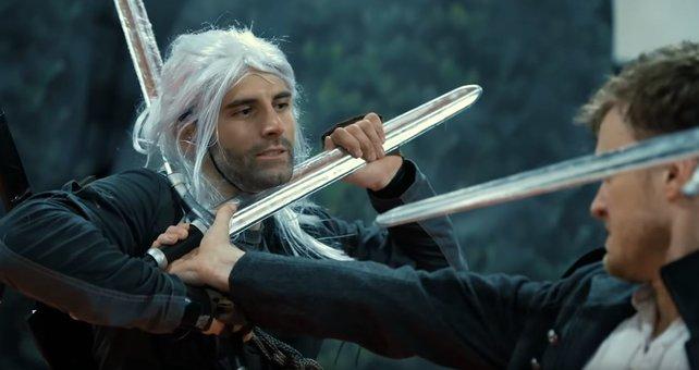 Auch wenn es nicht Henry Cavill ist, macht dieser Geralt mit seinen Gegner kurzen Prozess.