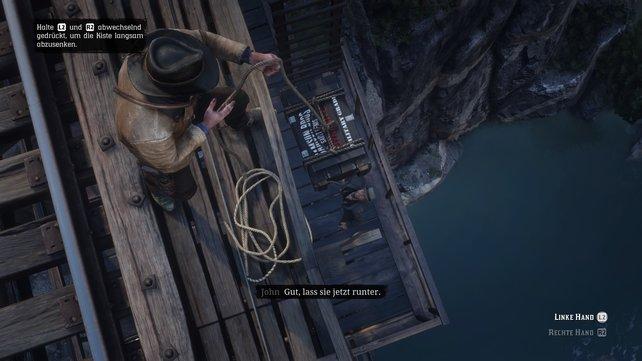 Holt die Dynamitkisten und lasst sie am Seil neben der Leiter zum nach unten geeilten John hinab.