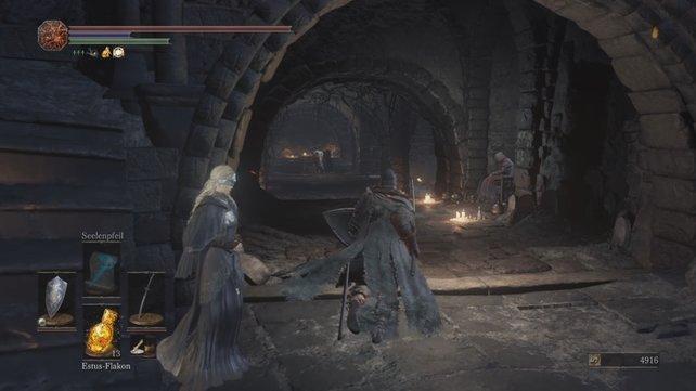 Im Erdgeschoss des Feuerband-Schreins findet ihr die Schrein-Maid und Andre, den Schmied.